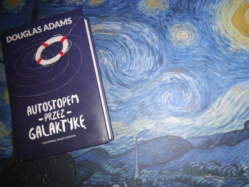 """Okładka książki """"Autostopem przez galaktykę"""" Douglasa Adamsa"""