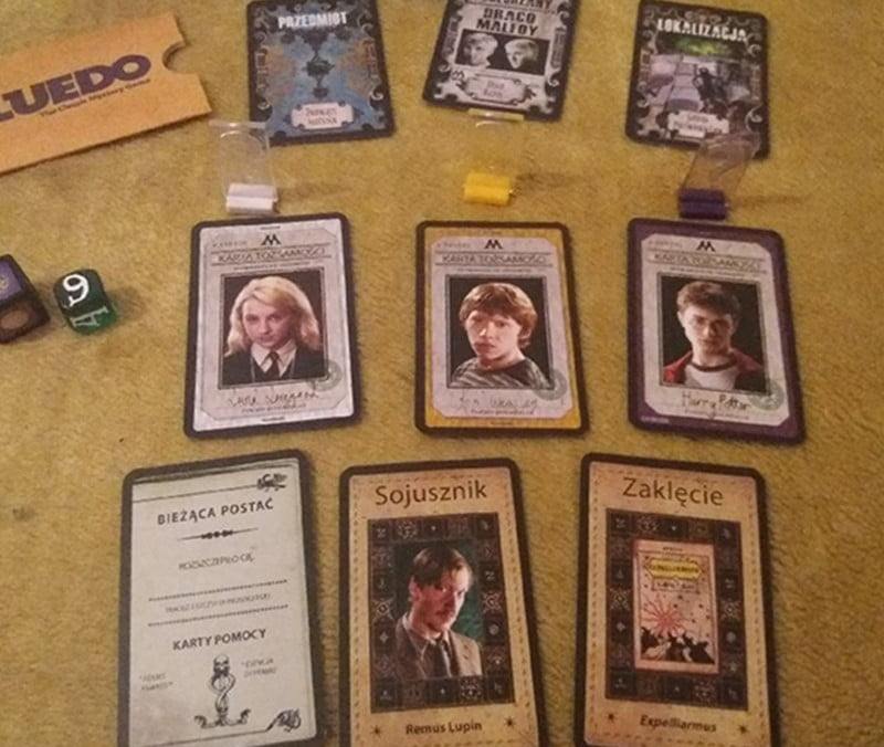 Cluedo: Harry Potter - kostki do gry, pionki oraz przykładowe karty