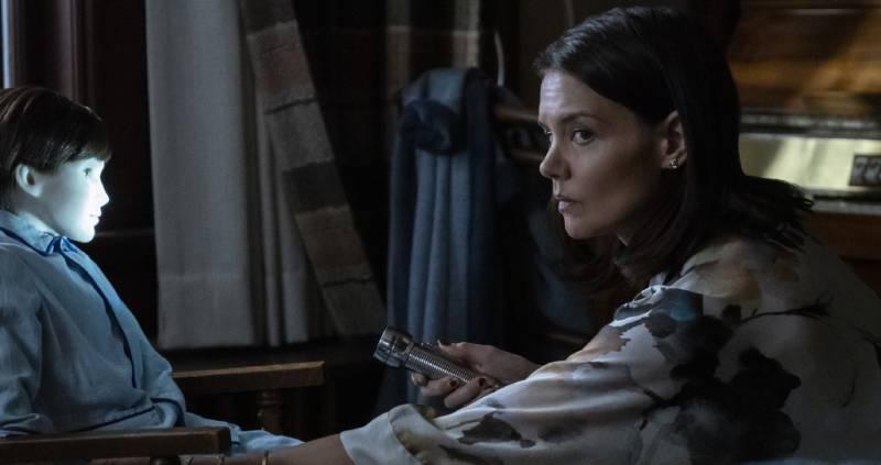 Katie Holmes chyba zaczyna się domyślać, że scenariusz tego filmu, jest równie żywy jak lalką przed nią.