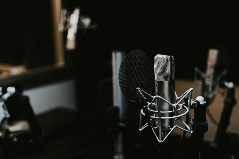 "Dubbing – zdjęcie ilustracyjne. Autor:  <a href=""https://pixabay.com/pl/photos/kryty-makro-mic-mikrofon-d%C5%BAwi%C4%99k-1869560/"">Pexels</a>."