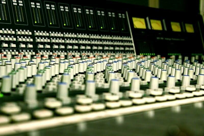 "Dubbing – zdjęcie ilustracyjne. Autor:  <a href=""https://pixabay.com/pl/photos/konsoli-studio-muzyka-mikser-3866088/"">LeeRosario</a>."