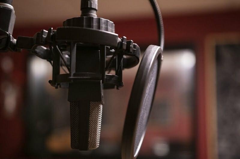 """Dubbing – zdjęcie ilustracyjne. Autor:  <a href=""""https://pixabay.com/pl/photos/podcast-muzyka-studio-mikrofon-3939905/"""">Bokskapet</a>."""