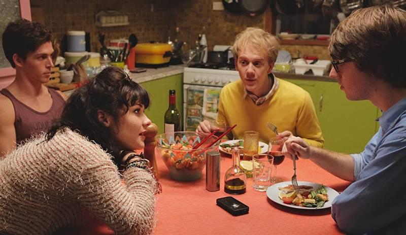 Tętniąca życiem kuchnia to jeden z wielu przykładów barwnej scenografii, która dobrze oddaje realia (źródło: imdb.com)